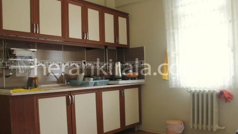 3.katta iki yatak odalı balkonlu şehir manzaralı günlük kiralık ev